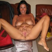 Really sexy MILF babe is proud of her pussy