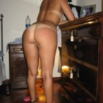 Beauty MILF knows how to tease with her big juicy ass in nude picture. Beauty natural amateur MILF has juicy butt