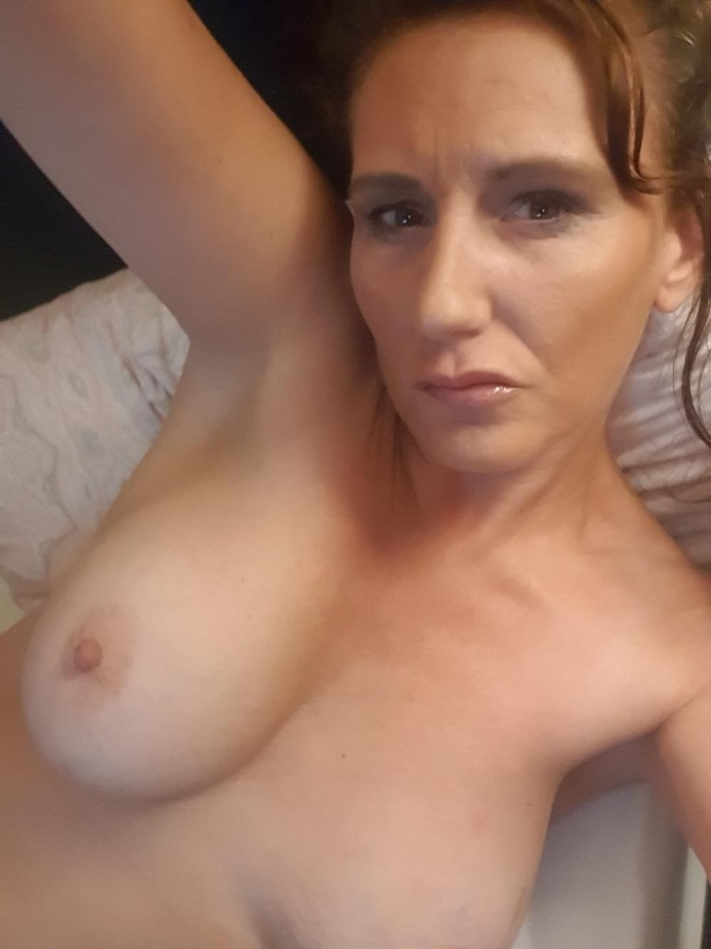 Sexy UK MILF shows her hot boobs in sexy selfie picture. British MILF baring natural big tits