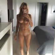Amateur hottie MILF takes nude mirror selfie