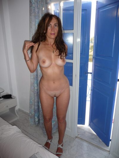Amazing Mature uncovers boobs and shows nice pussy. Hot old wife undressing for nude photo