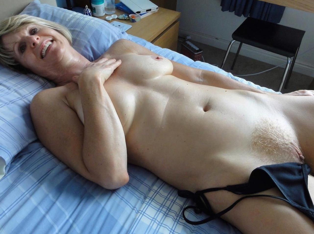 Smailing mature teasing with sexy poses on bed. Blonde MILF real first time nude posed lying on the bed