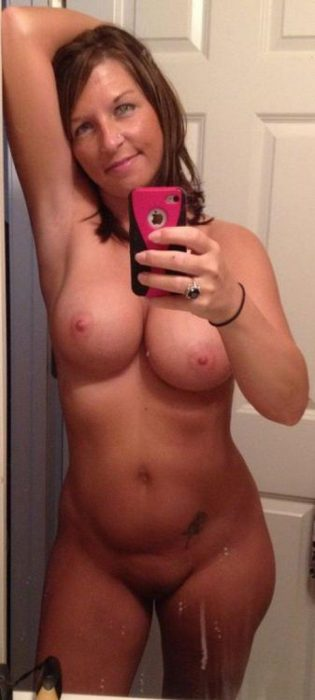 Hot and beautiful Cougar wife takes a self shot to capture her sexy nude body. Amateur MILF loves taking selfie of attractive nude natural body