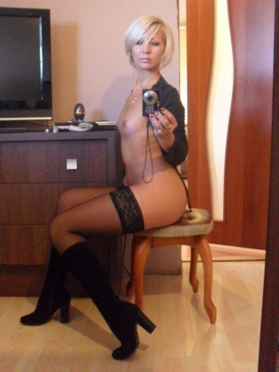 Sexy Cougar poses topless for mirror selfie. Beauty MILF takes selfie of her exposed small tits