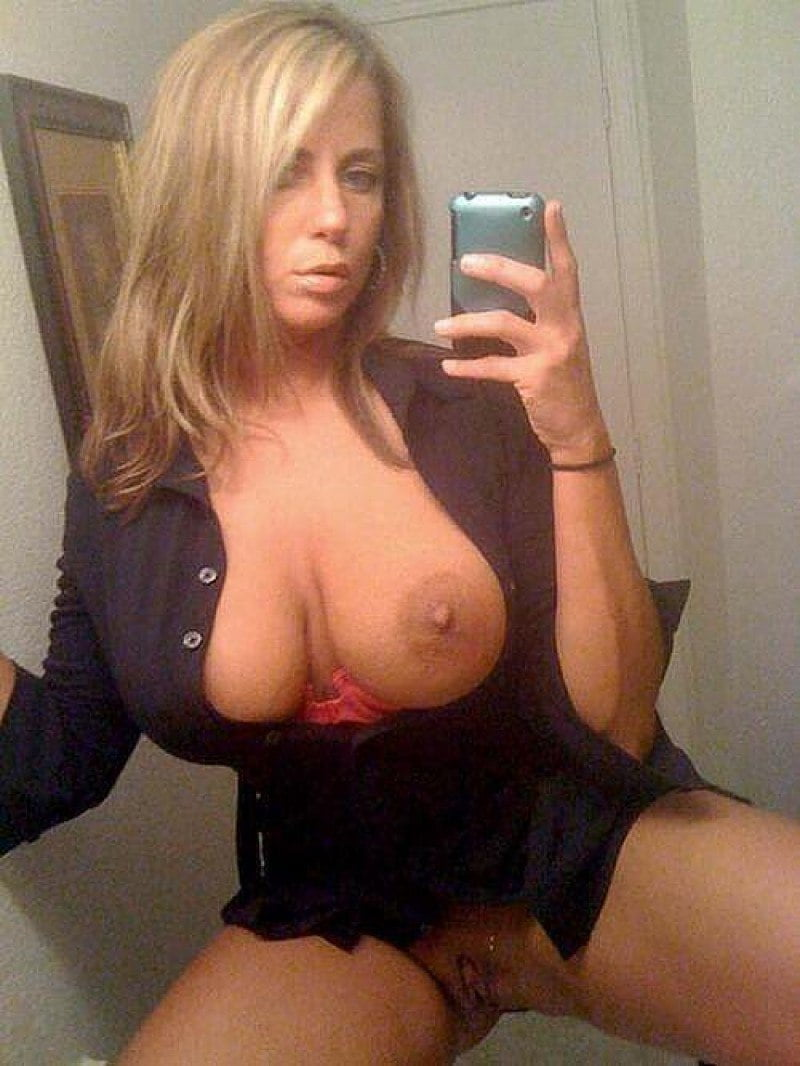 Busty Cougar reveals her huge tits and shaved pussy for self shot mirror. Hot amateur MILF takes nude selfie while showing nice tits