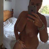 Nude British Milf snaps off selfie