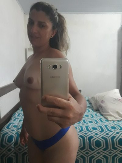Bra-less mom displaying her very tiny tits. Beautiful wife with no bra decided to snap a selfie in front of the mirror